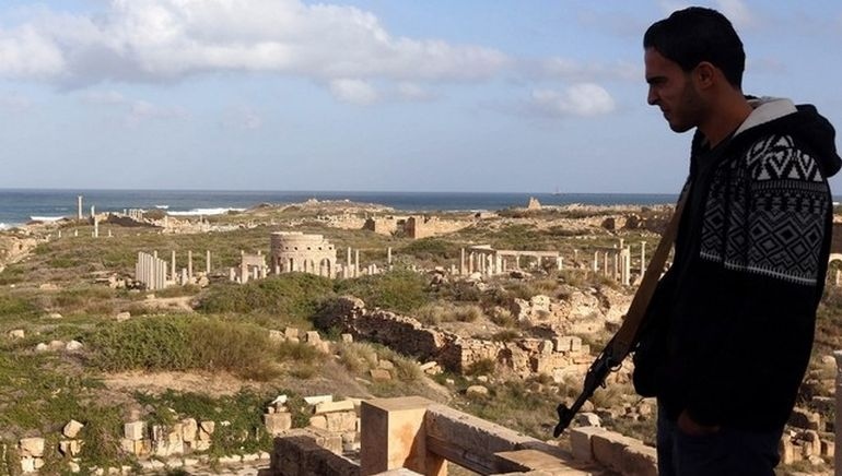 libya-armed-civilians-guard-ancient-roman-ruins_1