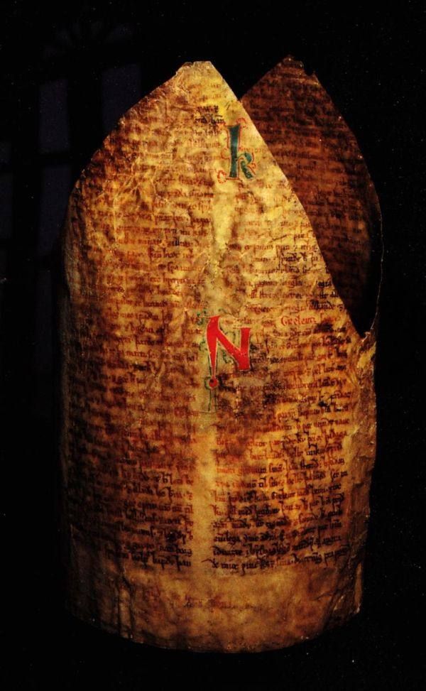 medieval-manuscripts-used-in-dresses-hats_2