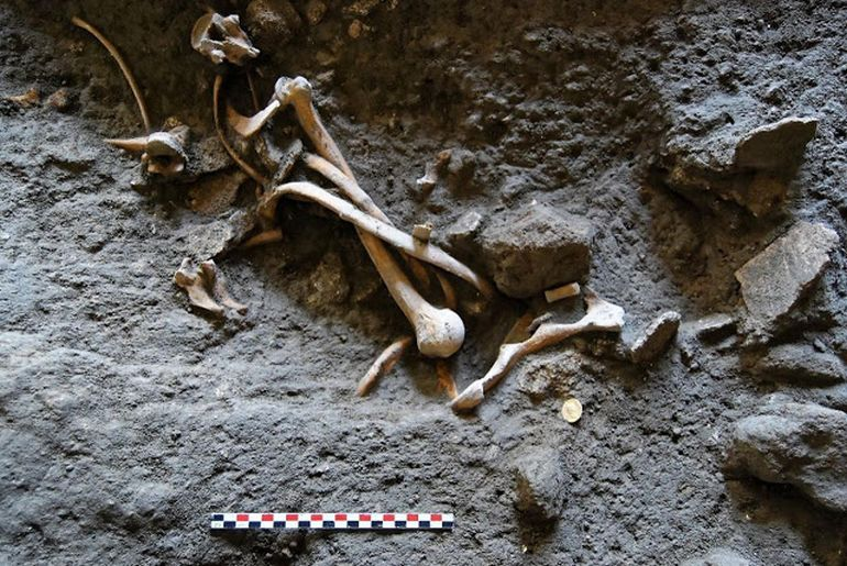 archaeologists-discover-skeletons-coins-pompeii_1