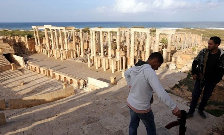 libya-armed-civilians-guard-ancient-roman-ruins_2