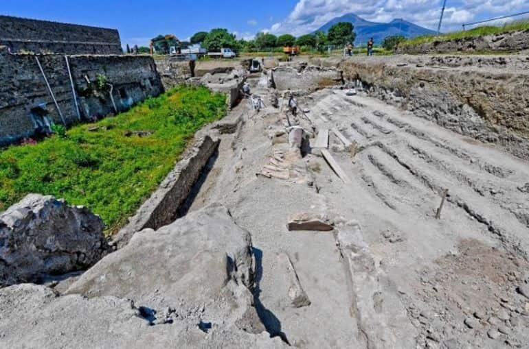 ancient-racehorse-houses-balconies-pompeii_4-min